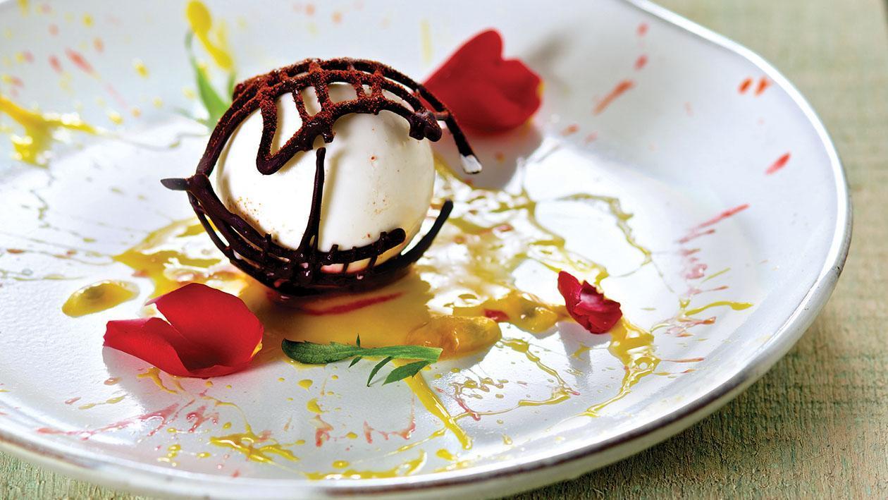 Panna Cotta al peperoncino e cioccolato croccante su purea di frutto della passione – Ricetta