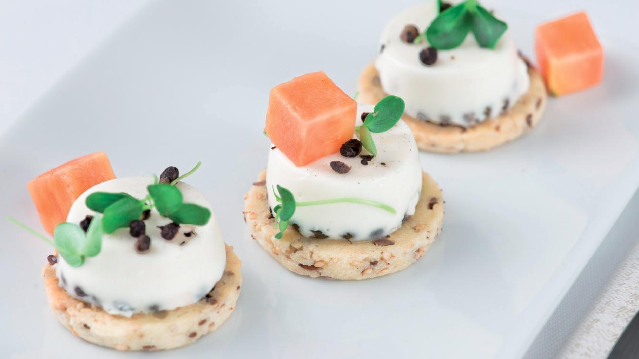 Pannacotta salata al pepe di sichuan, con biscotto ai semi e cubi di papaya – Ricetta
