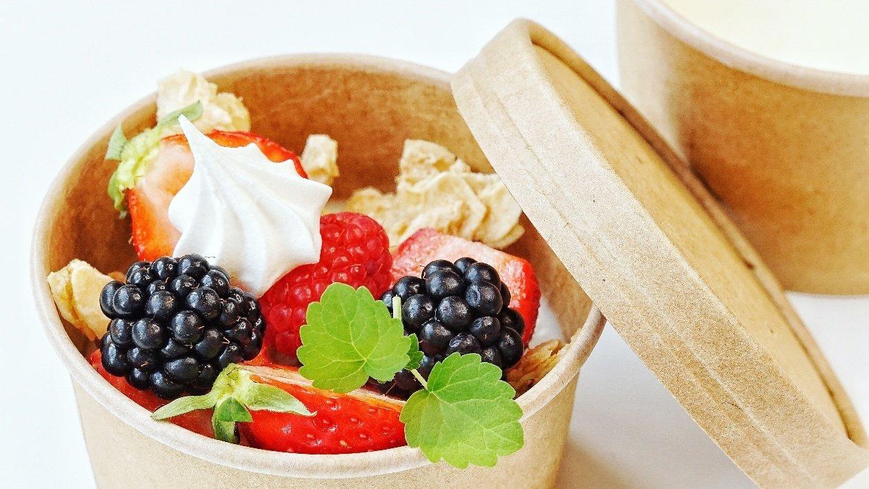 Pannacotta take away con frutti di bosco e meringhette  – Ricetta