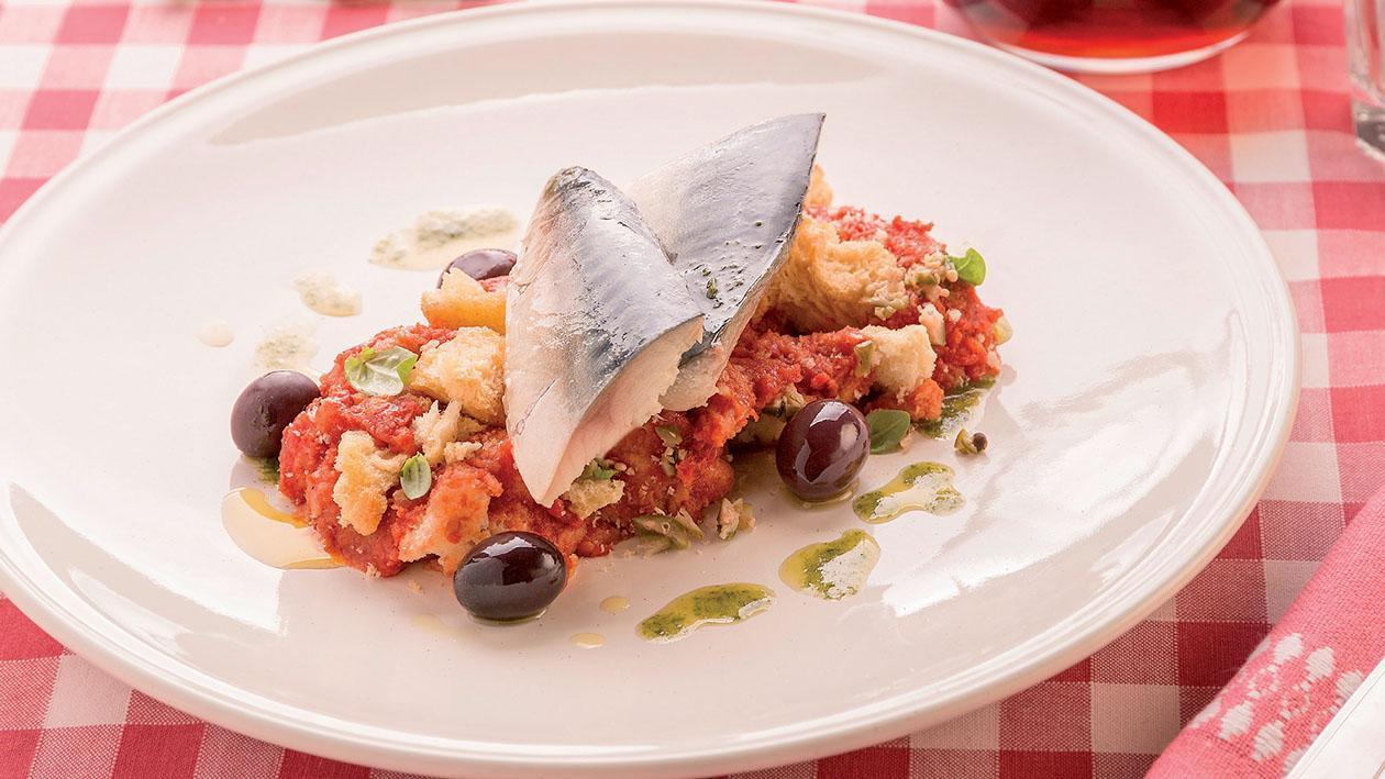 Pappa al pomodoro con filetto di sgombro confit, dressing al basilico e olive taggiasche  – Ricetta