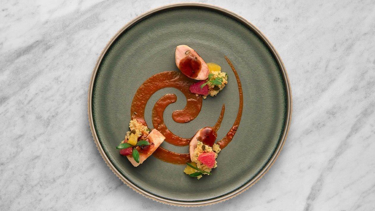 Petto di galletto laccato e farcito con albicocche e semi zucca accompagnato da cous cous agli agrumi e salsa alla diavola – Ricetta