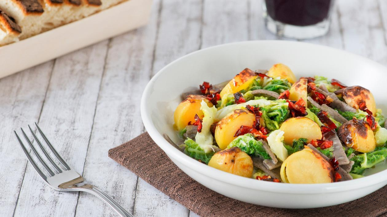 Pizzoccheri di grano saraceno con verza stufata, patate fumè e croccante di peperone crusco – Ricetta