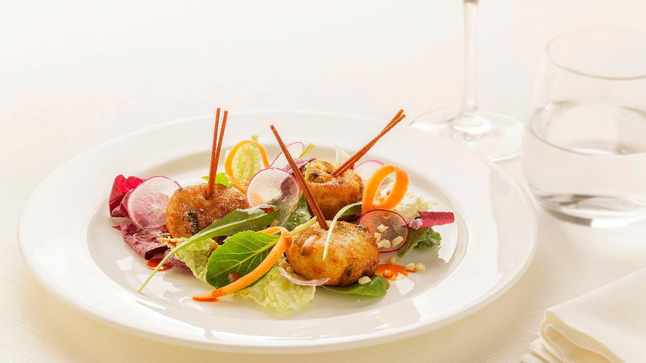 Polpettine di patatee alici con frutta secca su insalatina di radicchio misto e carote – Ricetta
