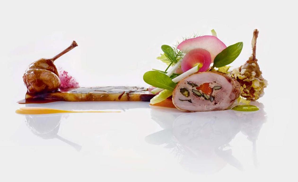 Quaglia arrostita con fegato grasso e pistacchi con terrina calda di funghi e succo di tartufo, zucca in carpione e mele – Ricetta