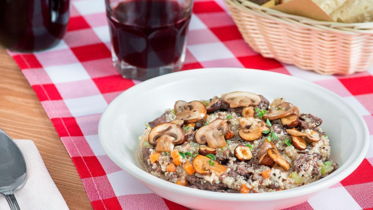 Quinoa con straccetti di manzo al vino rosso, funghi champignon e nocciole croccanti – Ricetta