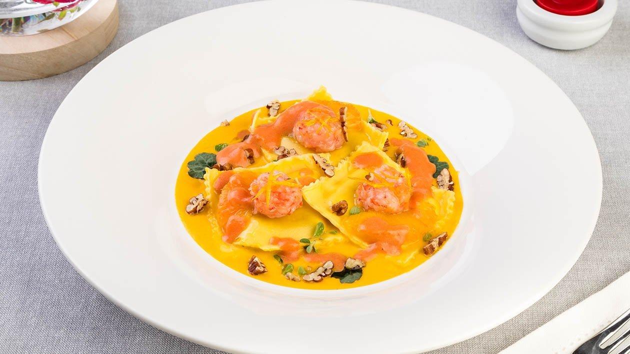 Ravioli all'aragosta con salsa di carote e arancia rossa, tartare di gamberi rossi, noci pecan e maggiorana – Ricetta