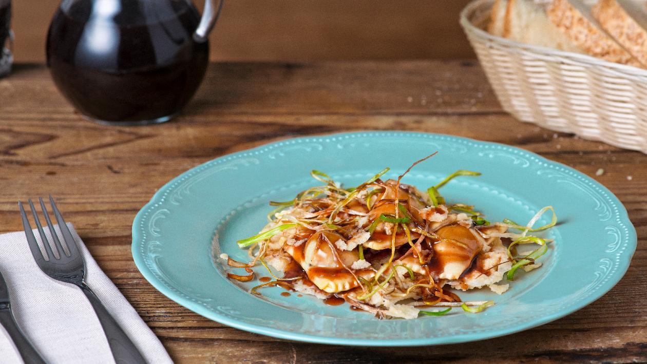 Ravioli con manzo brasato alla demi glace e nebbiolo con chips di parmigiano e porro crispy – Ricetta