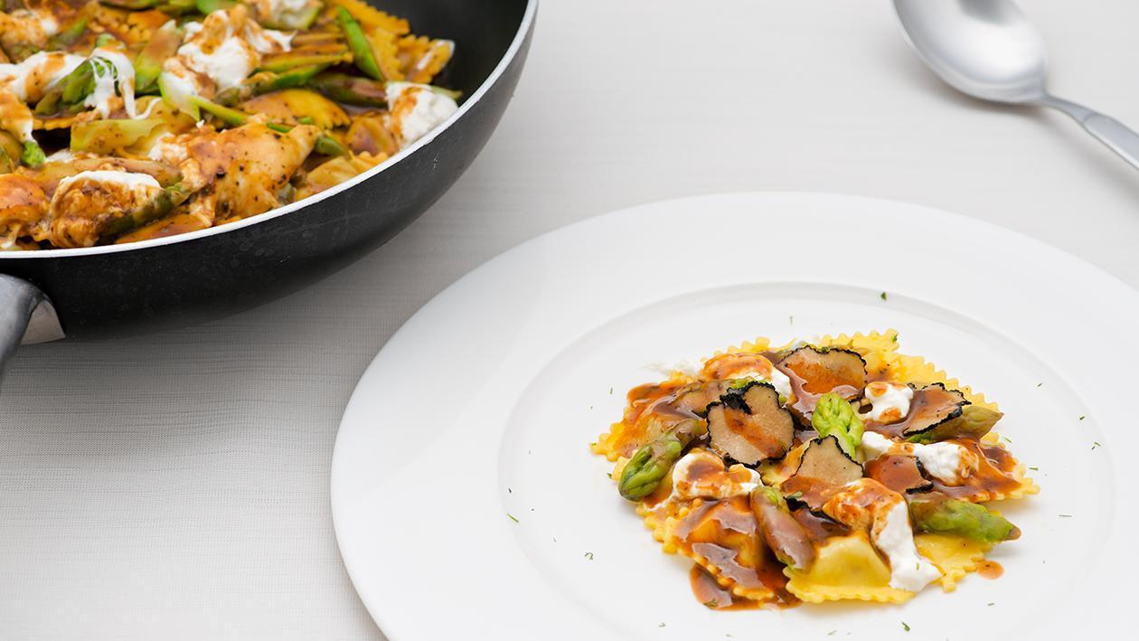 Ravioli di magro con Demi-Glace al tartufo, asparagi e burrata – Ricetta