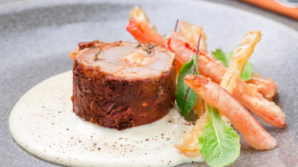 Rollatina di pollo al peperone e tabasco con salsa bianca alla paprika affumicata e peperoni in tempura – Ricetta