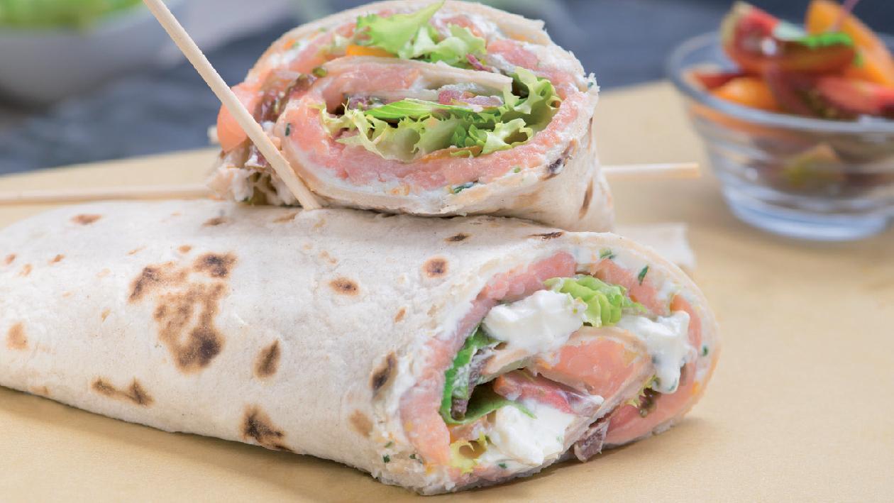 Rolls di piadina con carpaccio di salmone, pomodori carmone e Cream Cheese agli agrumi ed erba cipollina – Ricetta