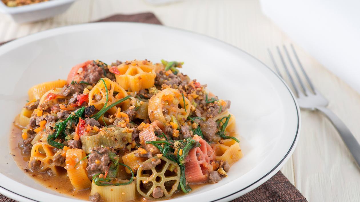 Ruote pazze al ragù di cinghiale con salicornia e mollica croccante – Ricetta