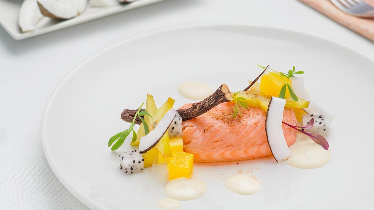 Salmone confit alla liquirizia con insalata esotica e dressing acido – Ricetta