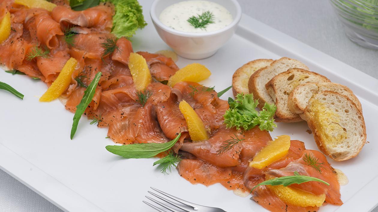 Salmone marinato con tè al mandarino, dressing all'aneto e agrumi – Ricetta