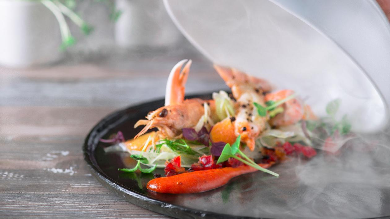 Scampi al ghiaccio affumicati con marmellata di peperoni e pepe sichuan, finocchio a veli agli agrumi – Ricetta