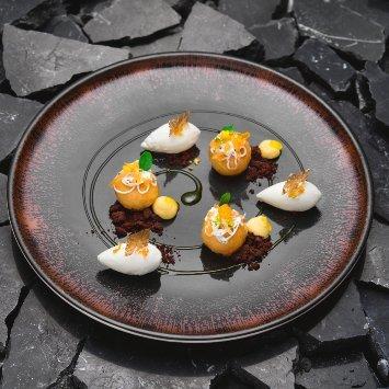Sfere di babà al rhum e yuzu con sorbetto al limone e zenzero e salsa al limoncello – Ricetta