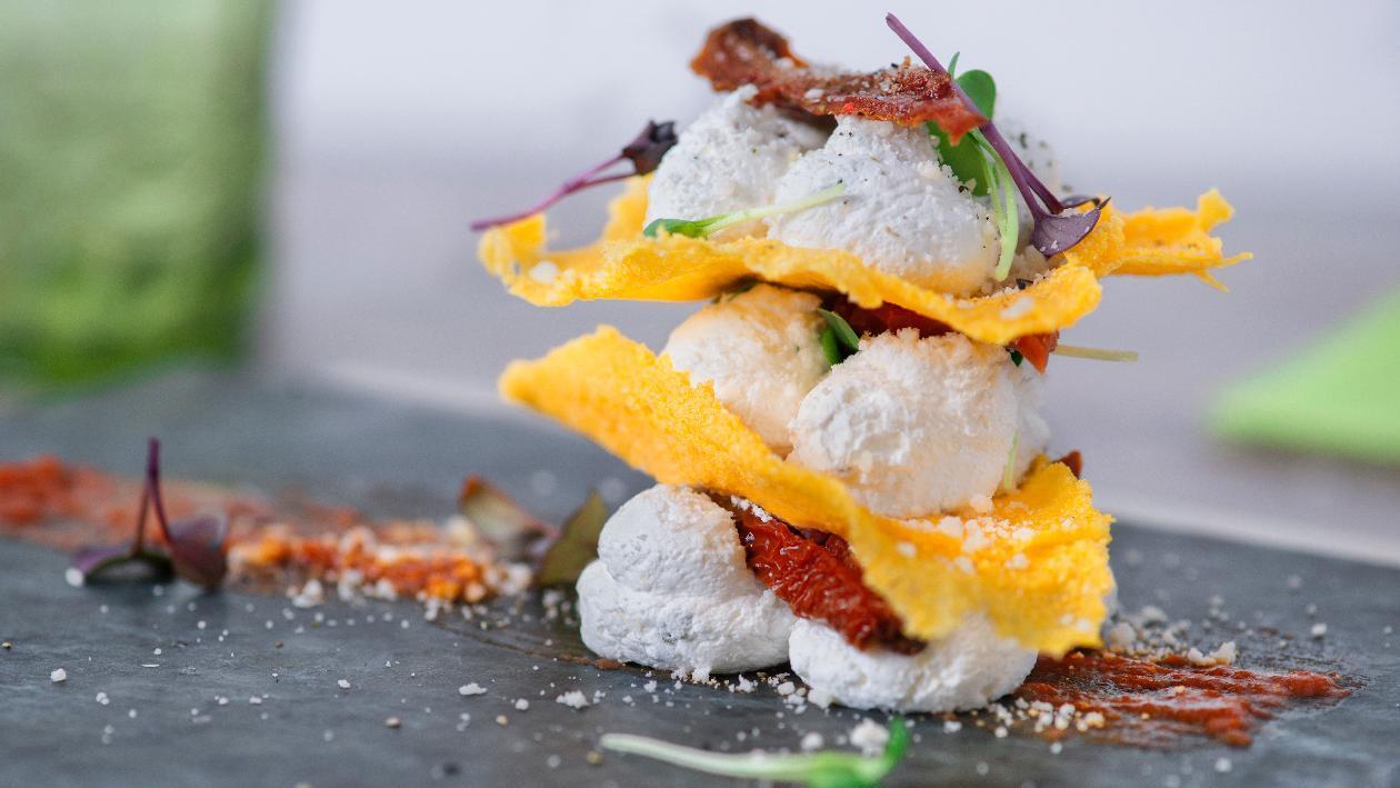 Sfoglia di polenta con fonduta di canestrato spumosa e pomodori secchi – Ricetta