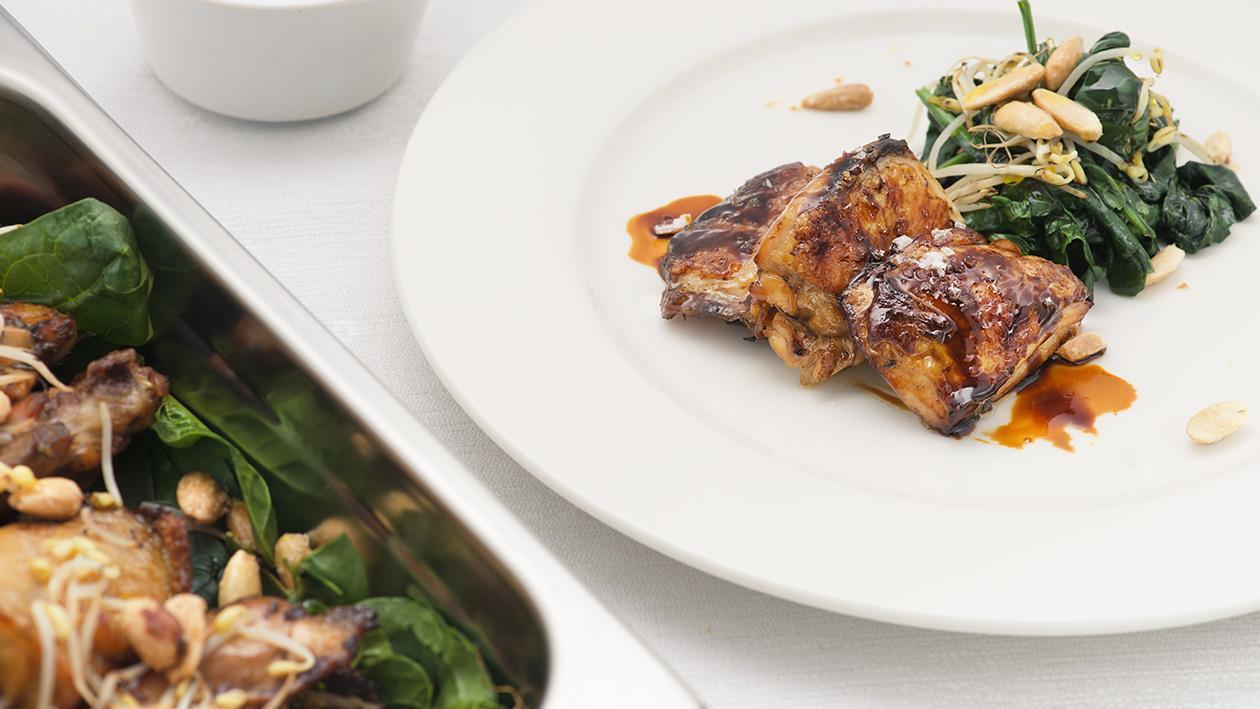 Sovracosce di pollo marinate alla salsa di soia e aceto balsamico con germogli e mandorle salate – Ricetta