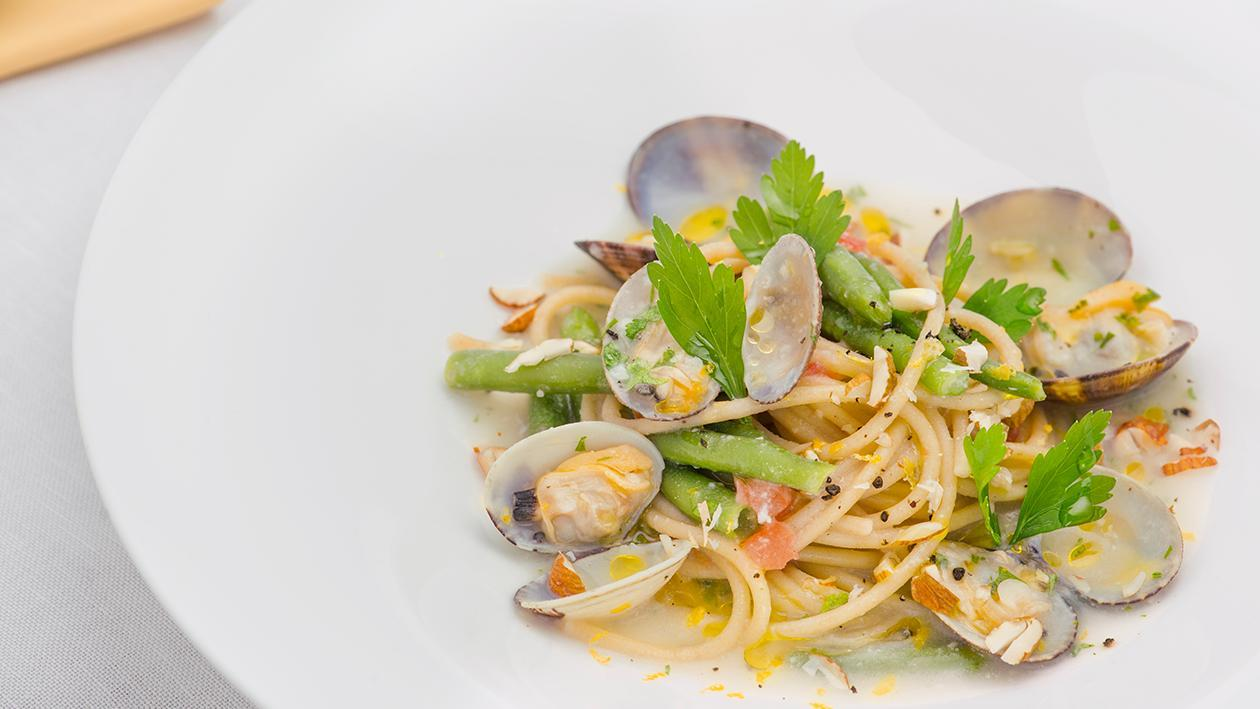Spaghetti integrali con mandorle, fagiolini e guazzetto di vongole – Ricetta