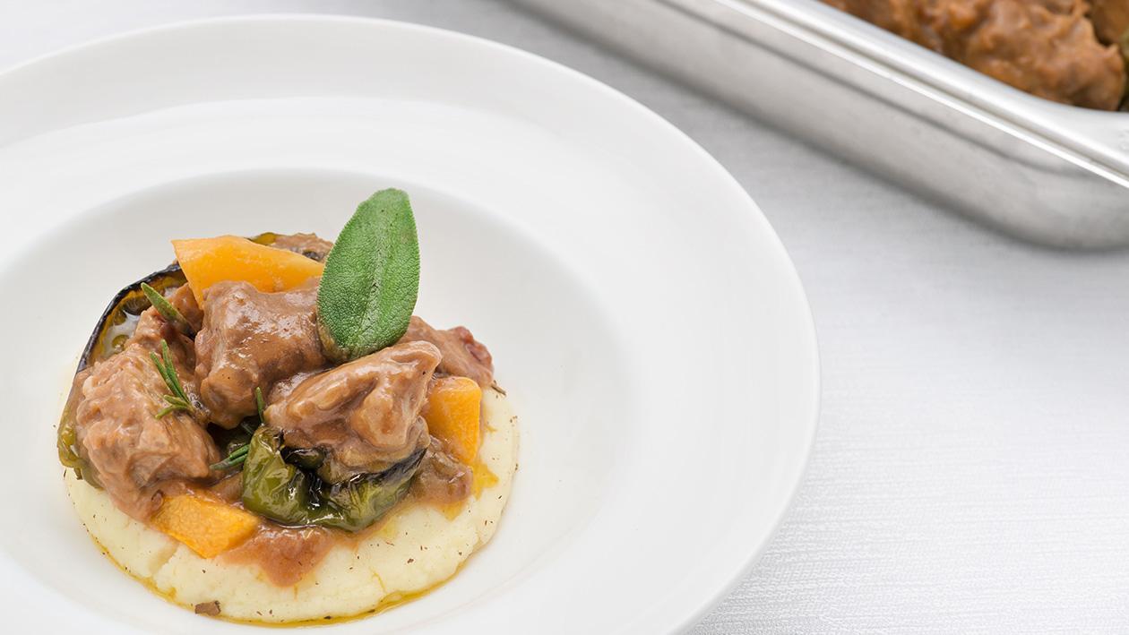 Spezzatino al negroamaro, verdure di stagione con puré rustico al burro e cannella – Ricetta