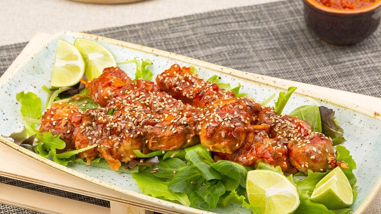 Spiedini di carne laccati e semi di sesamo e coriandoli in salsa messicana – Ricetta