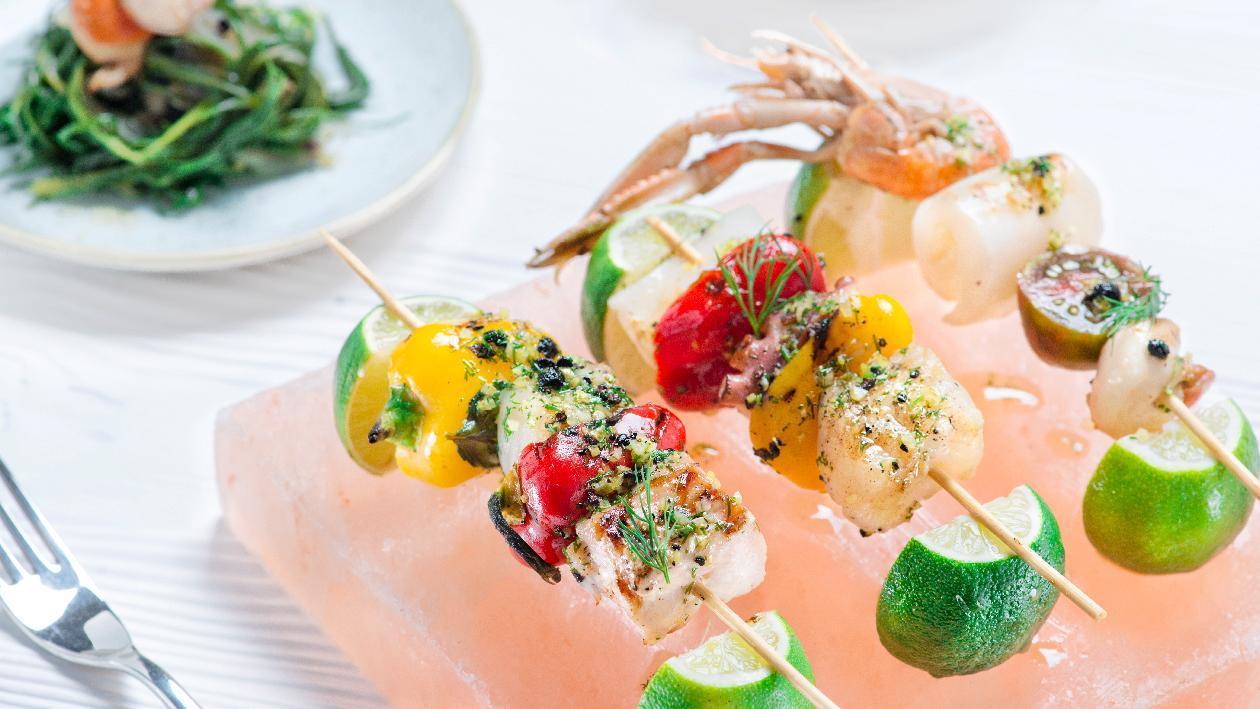 Spiedo di pesci al finocchietto selvatico con verdurine di stagione – Ricetta