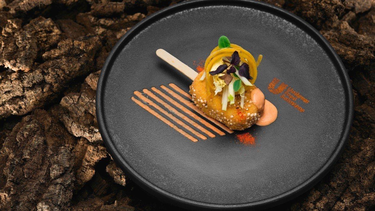 Stecco di patate, bulgur,pollo, mele, tartufo e salsa al peperone crusco e basilico – Ricetta