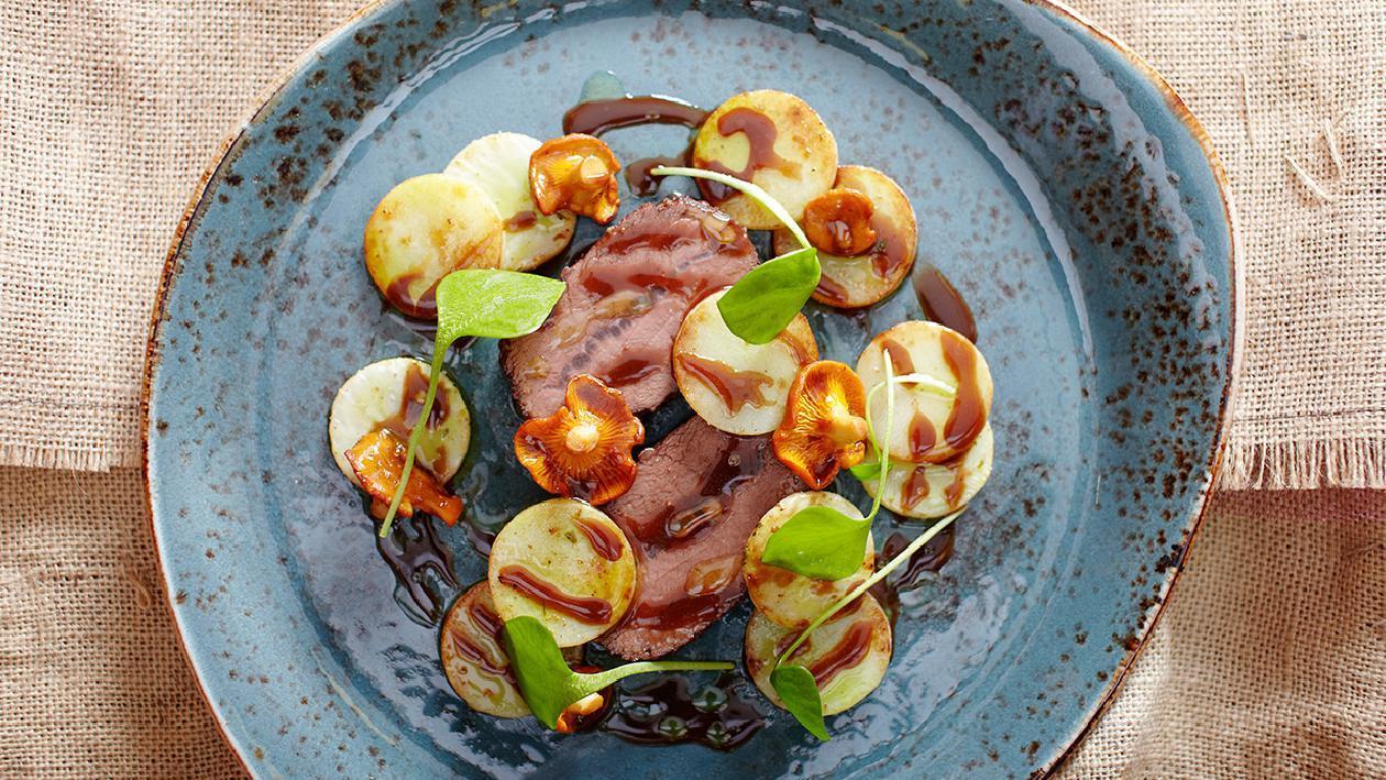 Stufato di cervo con patate, sedano e finferli – Ricetta