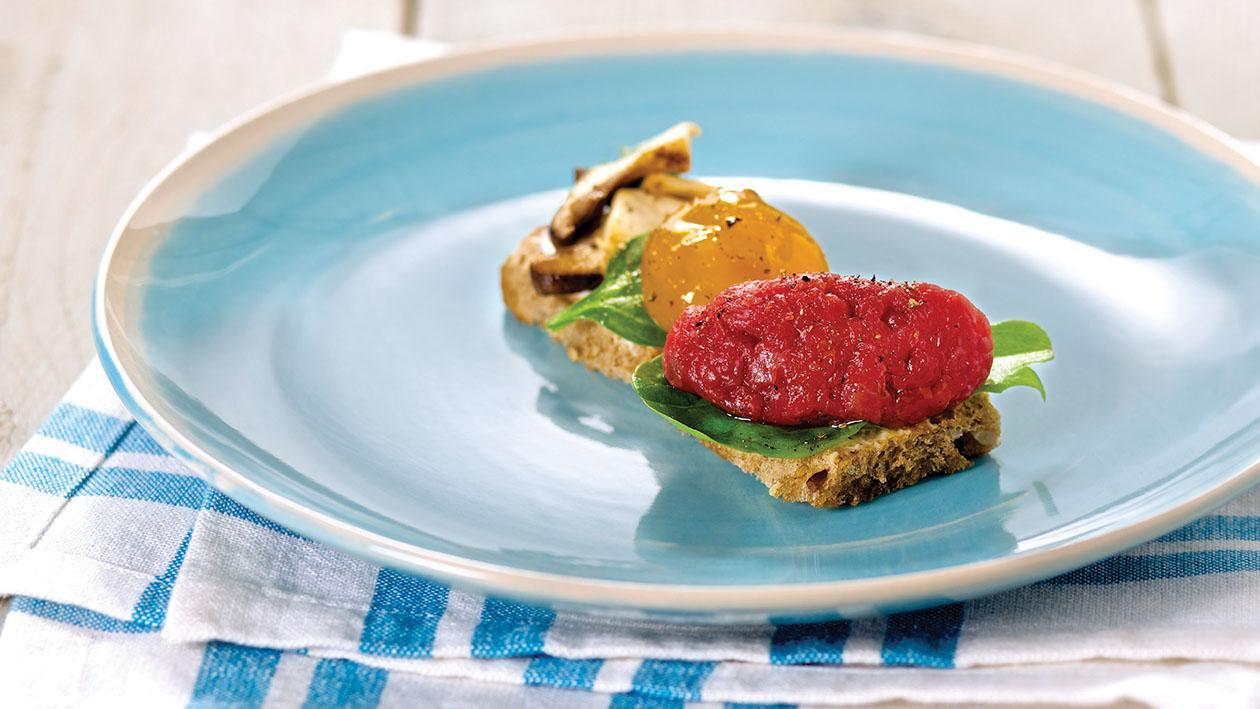 Tartare di manzo al pane di segale con funghi cardoncelli, uovo marinato e maionese al timo e lime – Ricetta