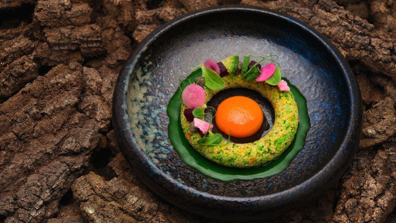 #Tartare Ring di cous-cous alle zucchine e agrumi, tuorlo di carote arcobaleno di barbabietole marinate – Ricetta