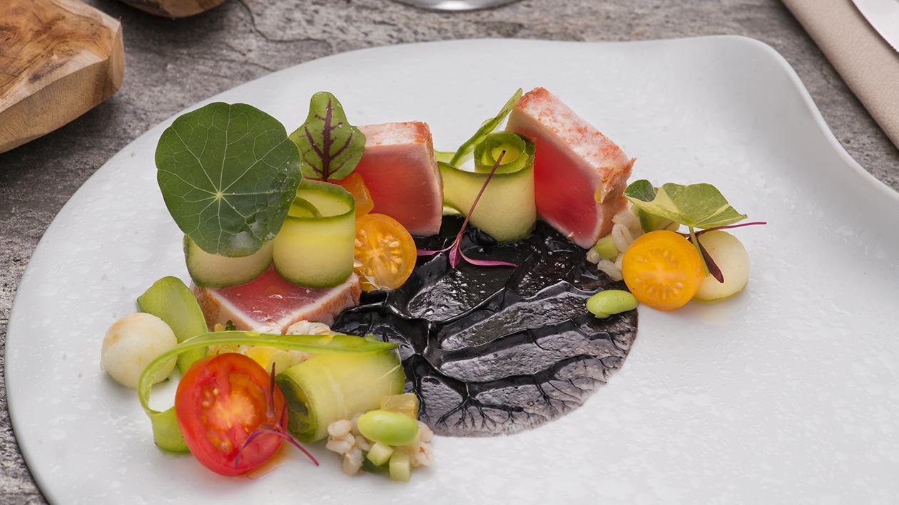 Tataki di tonno rosso al sale affumicato, insalata di orzo perlato e dressing al nero – Ricetta