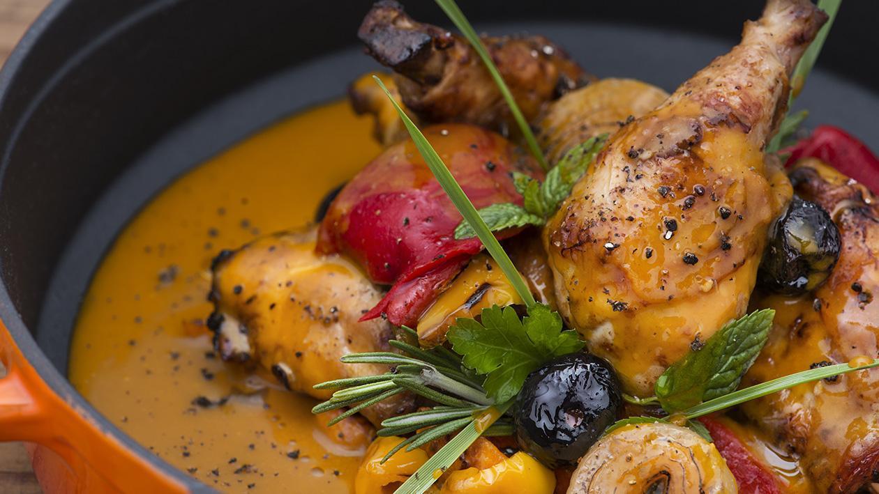 Tegame di pollo con cipolle, peperoni olive nere e salsa di zafferano – Ricetta