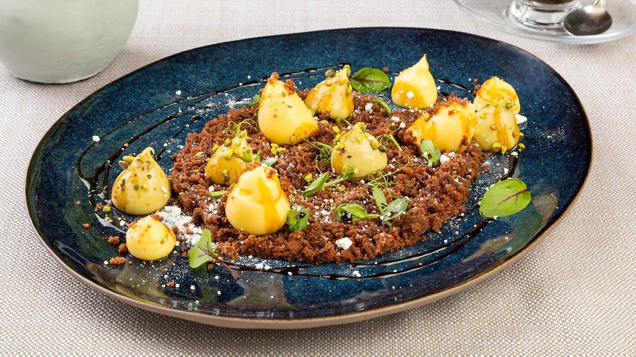 Tiramisù al pistacchio, terra al cacao e salsa al vincotto (terramissù) con germogli di erbette – Ricetta
