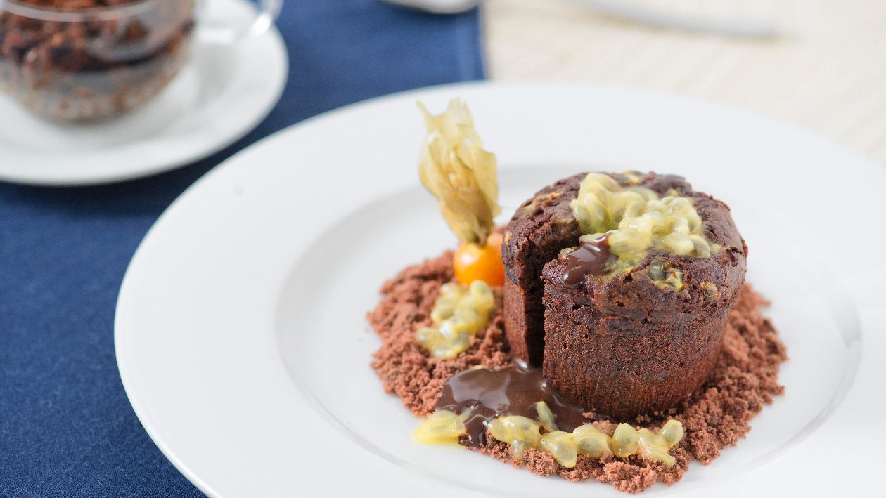 Tortino al cioccolato e passion fruit e polvere di terra al cacao – Ricetta