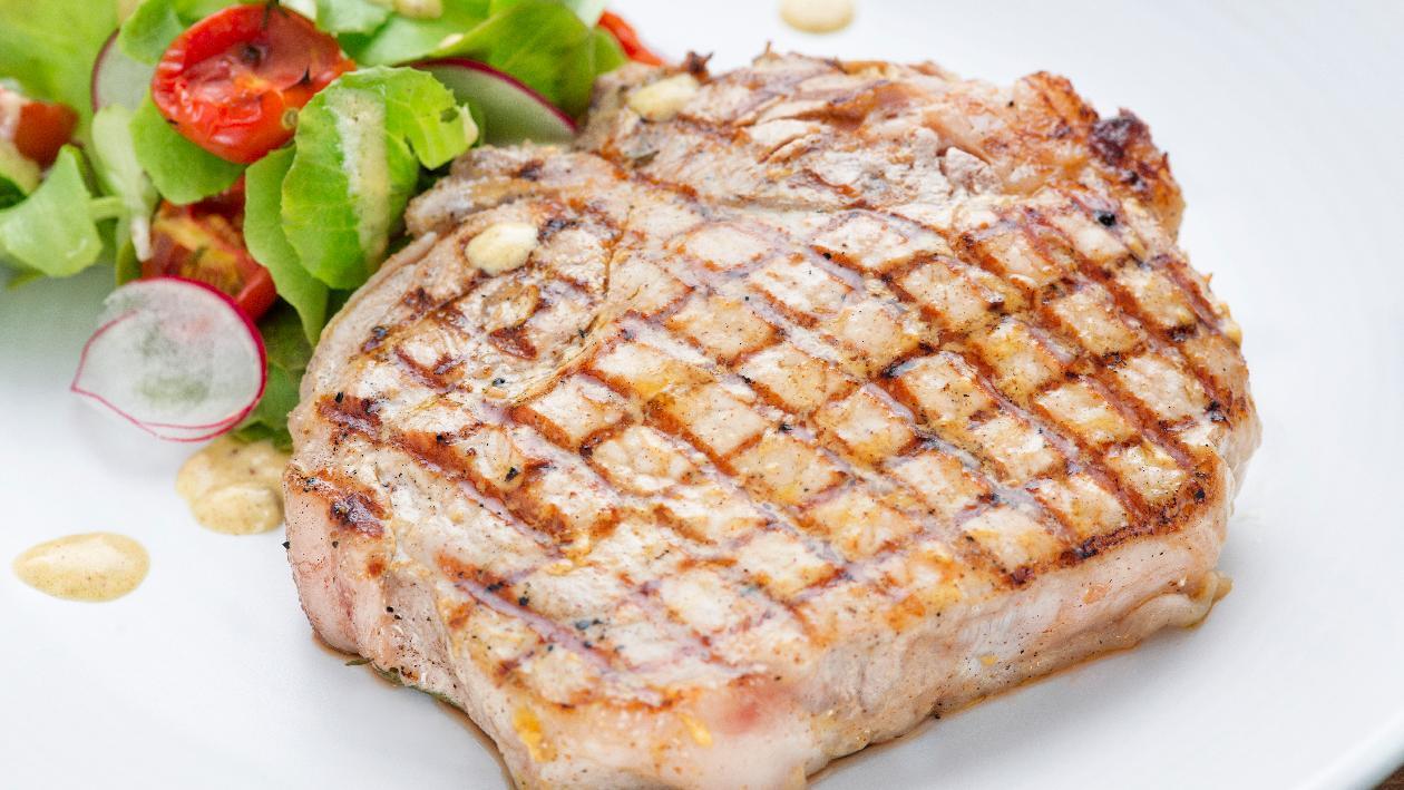 Trancio di pesce spada marinato al basilico e zenzero con insalatina di cipollotti ed asparagi alla griglia – Ricetta