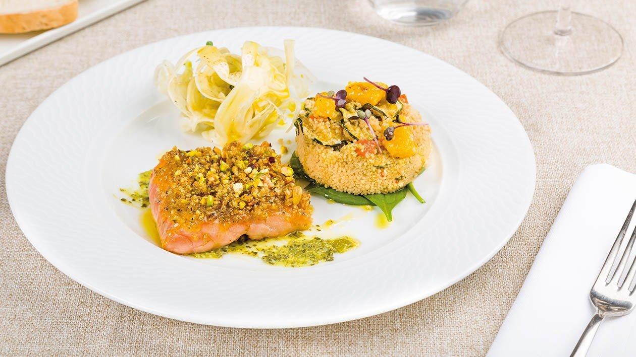 Trancio di salmone in crosta di pane alle erbe, con cous cous agli agrumi, carpaccio di finocchi e pesto di pistacchi – Ricetta