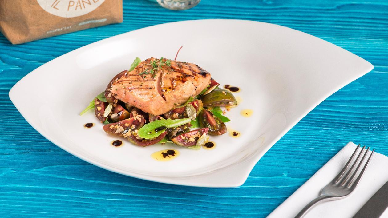 Trancio di salmone marinato alla salsa caesar e aneto con salsa di soia, semi di zucca ed insalatina di pomodori verdi – Ricetta