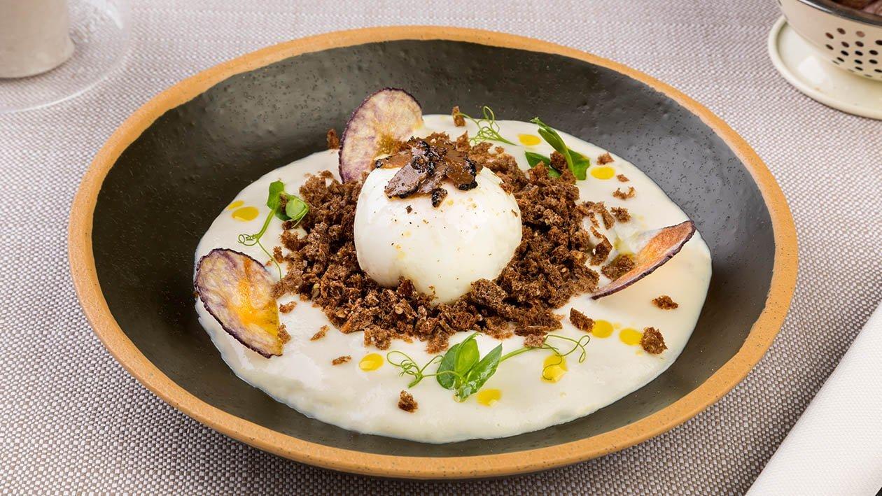 Uovo cotto a bassa temperatura con crema di topinambur, croccante alla segale e tartufo nero – Ricetta