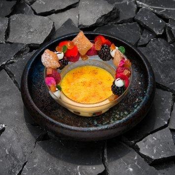 Variazione di cannolo con crema catalana, canditi e frutti rossi – Ricetta