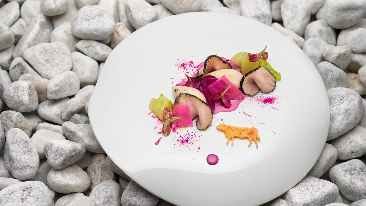 Vitello Tonnato in crosta di curry nero, tonnata viola e cavolo cappuccio fermentato – Ricetta