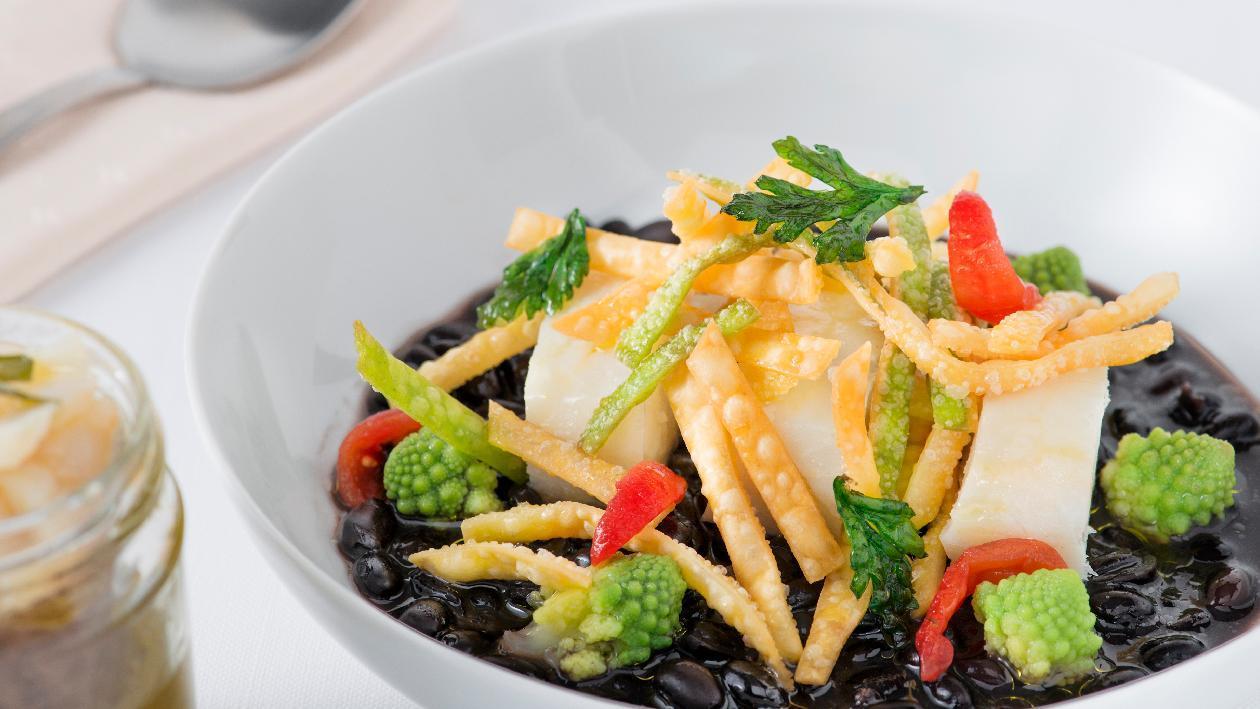 Zuppetta di ceci neri con merluzzo cotto in vasocottura, cavolo romanesco e tria fritta – Ricetta