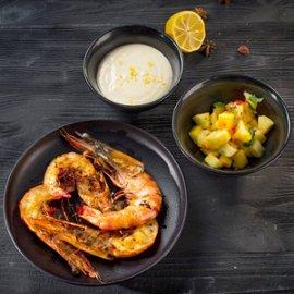 Ant grotelių keptos krevetės su ananasais ir citrusiniu majonezu