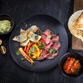Jautienos Fajita su daržovėmis, salsa ir guacamole