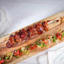 Kefyre marinuotas kalakutienos šašlykas su artišokų, pomidorų ir šoninės