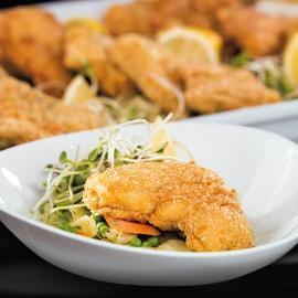 Starkis bulvių apvalkale, patiekiamas ant saldžių kopūstų su žaliaisiais žirneliais ir morkomis