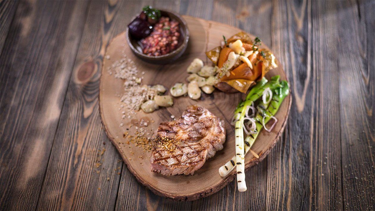 Ant grotelių kepta sprandinė su keptomis saldžiosiomis bulvėmis ir slyvų salsa – Receptas