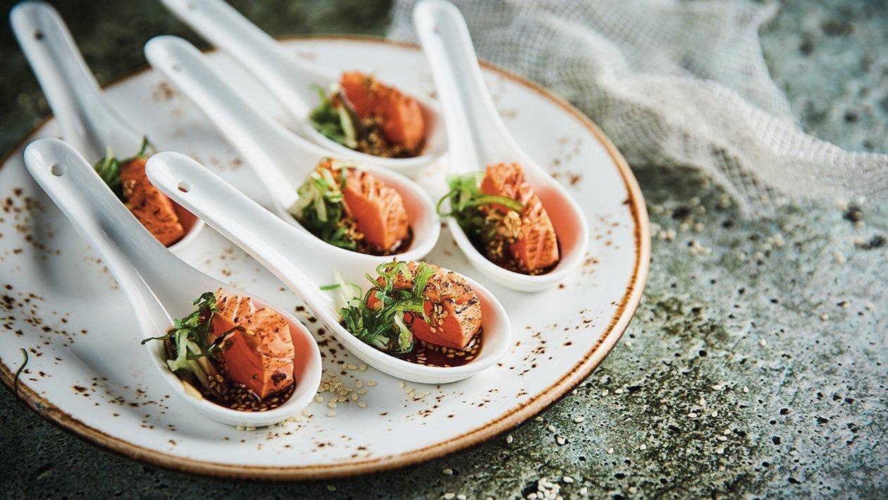Deginta upėtakio filė su sojų ir sezamų užpilu, citrusų kremu ir jūržolių salotomis – Receptas