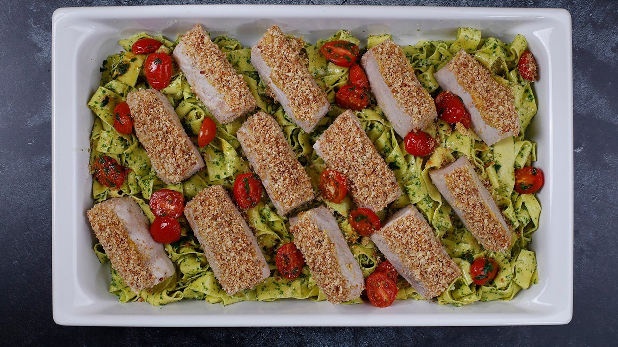 Kiaulienos nugarinė su šoninės ir svogūnų traškučiais ant žaliųjų Pappardelle makaronų su gražgarsčių ir bazilikų pesto  – Receptas