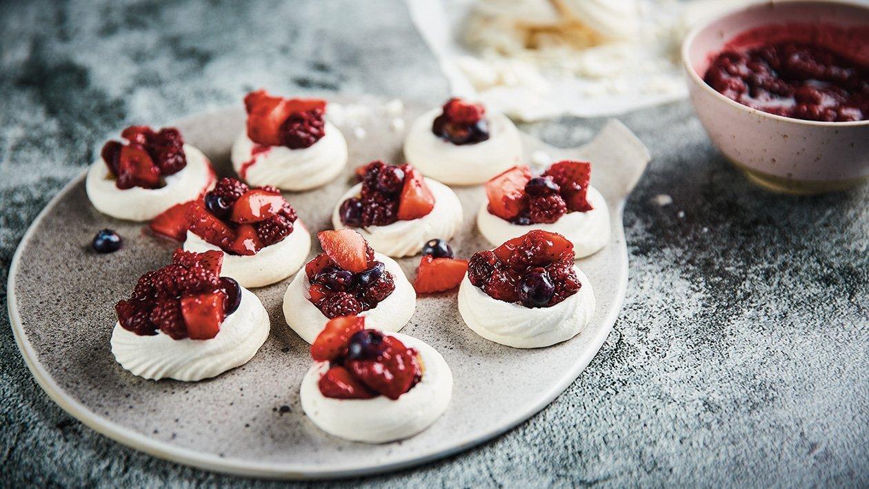 Maži pavlova pyragaičiai su vaniliniu kremu ir cukruotomis uogomis – Receptas
