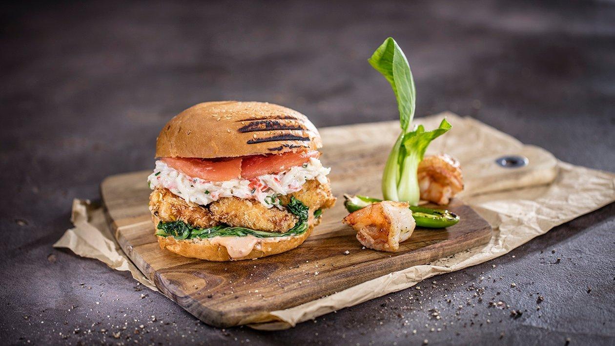 Mėsainis su traškiomis krevetėmis, krabų kremu ir jalapeno paprikų padažu – Receptas