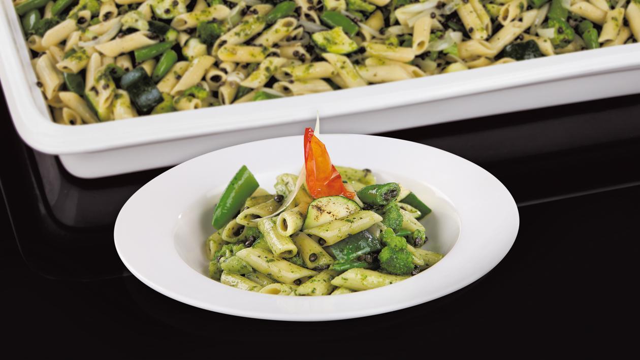 Penne makaronai su žaliomis daržovėmis ir juodaisiais lęšiais alyvuogių pesto padaže – Receptas